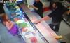 10 clip 'nóng': Thiếu nữ tụt áo để nhận bánh miễn phí