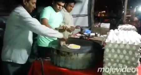 10 clip 'nóng': Đập trứng rán 'nở' ra gà con