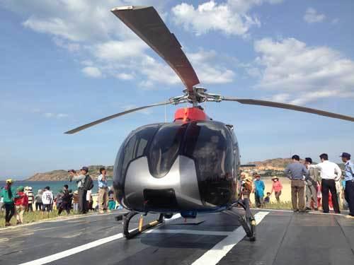Trực thăng đại gia Việt khuấy động làng chài nghèo miền Trung