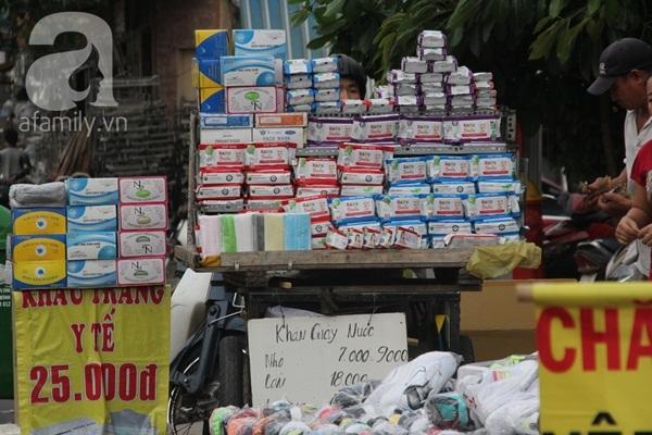 Khăn ướt giá 'rẻ như cho' bán tràn lan đường phố Sài Gòn