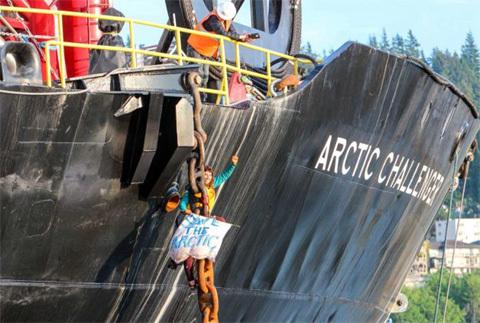 Nữ sinh tự xích mình vào tàu biển