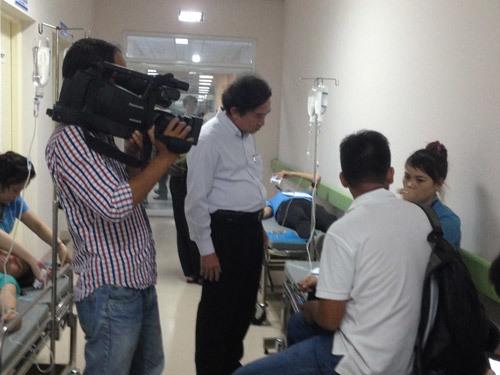 Hàng trăm người ngất xỉu, nhập viện vì mùi khí lạ