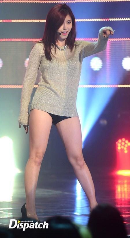 Nữ ca sỹ Hàn gây tranh cãi vì mặc quần '1cm'