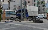 Phá đầu xe tải, cứu tài xế kêu la bên trong