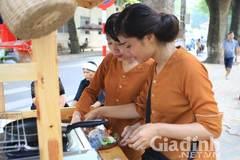 Hai thiếu nữ Hà Nội đẹp ngọc ngà bán bánh giò