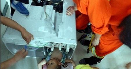 Bé trai chết trong máy giặt: Sự chủ quan mất mạng