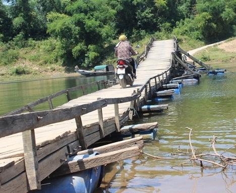 người dân,  cây cầu, hòn đá mệ, Quảng Bình, cầu phao