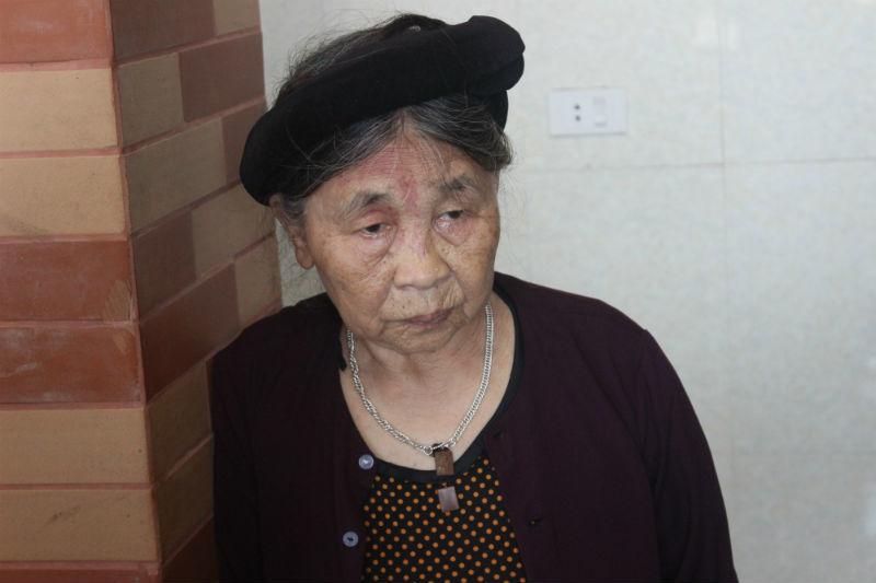 Mẹ già đau xót kể lại chuyện con trai đạp ngã
