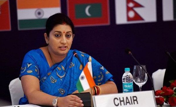 Từ sàn catwalk tới Bộ trưởng Nhân lực Ấn Độ