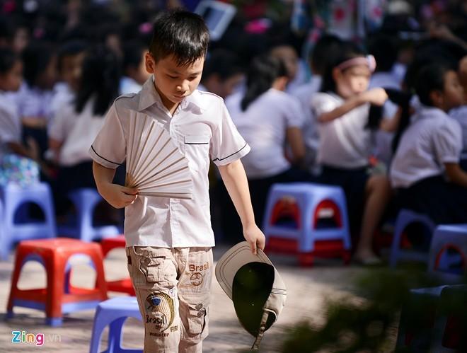 Trẻ em ngồi trong nắng nóng 39 độ C dự lễ bế giảng