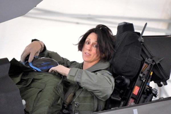 Xem nữ phi công đầu tiên lái 'Thần sấm II'