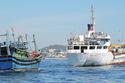 Tàu Hải quân cứu tàu cá bị nạn ở Hoàng Sa