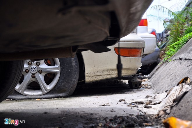 Mercedes, Lexus bụi phủi, ngập bùn trong bãi giữ xe vi phạm