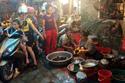 Nóng hầm hập: Thịt ế sưng, xếp hàng cả đêm mua cua đồng