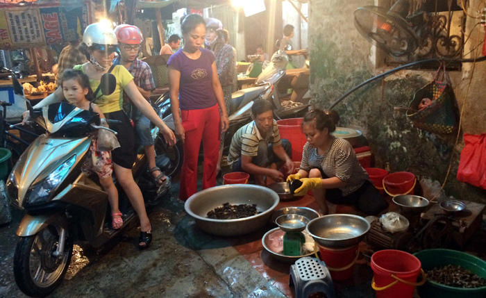 Nóng hầm hập: Xếp hàng cả đêm mua cua đồng