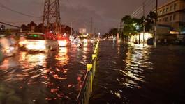 Đường phố Sài Gòn ngập nặng sau cơn mưa đầu mùa