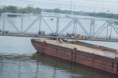 Hàng chục cảnh sát giải cứu xà lan mắc kẹt dưới gầm cầu