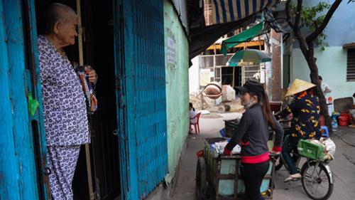 Khuyên chị ve chai trả tiền vì hình ảnh người Việt