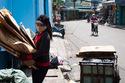 Khuyên chị ve chai trả tiền vì muốn XD hình ảnh người Việt
