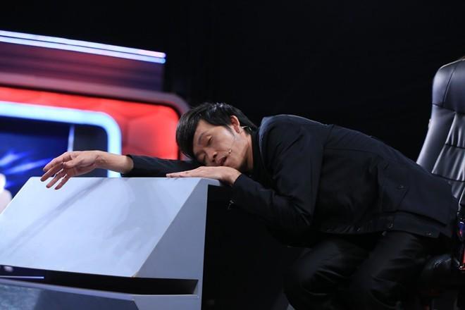 Hoài Linh ngủ gật trên trường quay Người bí ẩn