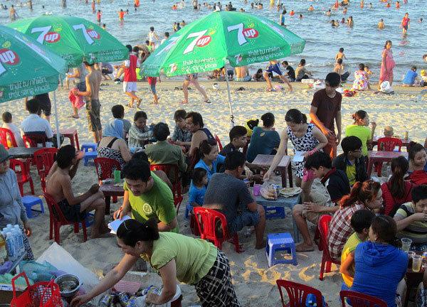 Dân đổ xô trốn nóng, biển miền Trung quá tải