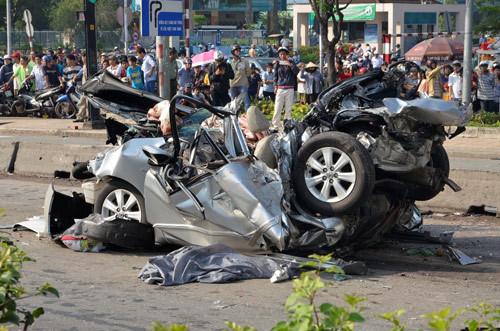 Hiện trường xe du lịch bị tông nát, 5 người thiệt mạng
