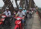 Cầu Long Biên kẹt cứng vì người dân đứng xem xác chết