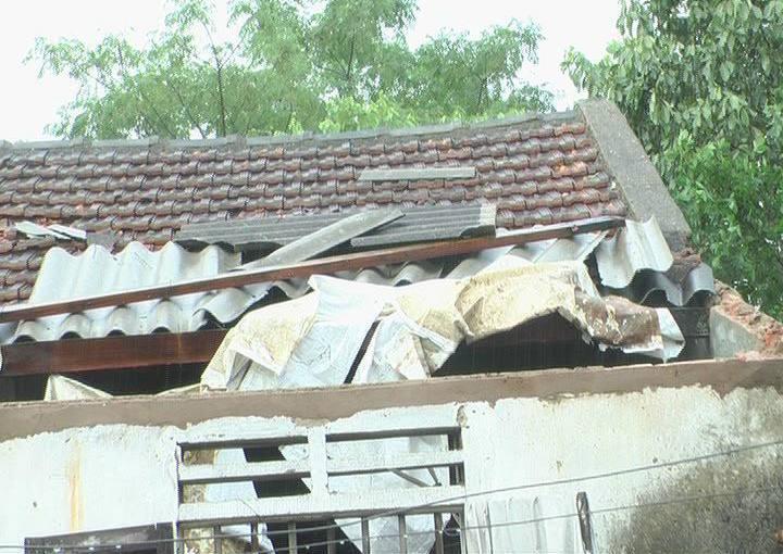 Lốc xoáy kèm mưa đá kinh hoàng, hơn 300 ngôi nhà bị tốc mái