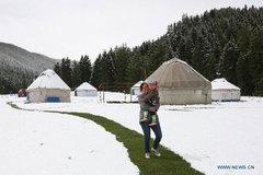 Hình ảnh tuyết rơi giữa mùa hè ở Tân Cương