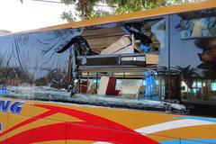 Hàng chục khách la hét trong xe bị ném vỡ toang kính