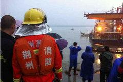 TQ chật vật cứu hộ phà chìm trong mưa bão