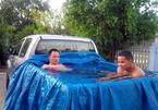 Ôtô thành bể bơi, mặc áo chống nắng cho chó