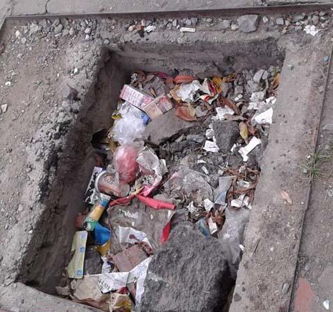 Vỉa he, hố ga, thùng rác, trẻ em, đi lại