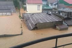 Cảnh giải cứu gia đình mắc kẹt trong nước lũ 2 mét ở Đà Lạt