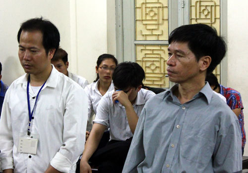 Trưởng phòng tư pháp huyện 'hồn nhiên' mang dấu về nhà đóng