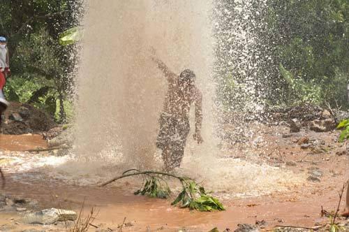 Giếng nước 'lạ' phun cao 20 mét, dân tứ xứ đổ về xem