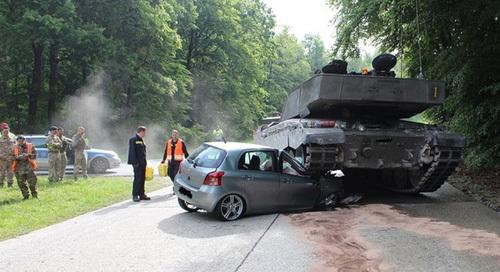 Đi sai đường, Toyota bị xe tăng đè nát đầu