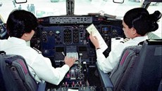 Không biết lái máy bay vẫn được cấp bằng phi công