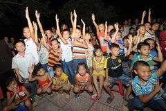 Niềm vui ngày Tết thiếu nhi với trẻ nghèo ở miền xuôi