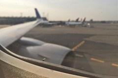 Lỗ nhỏ đầu đũa khó hiểu trên máy bay