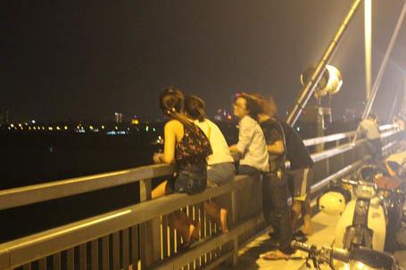 Hãi hùng cảnh 'đu' lan can cầu Nhật Tân hóng gió