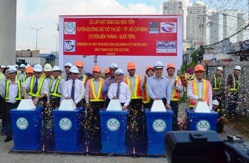TPHCM: Lắp nhịp dầm cầu đầu tiên cho tuyến Metro số 1 - 1