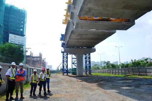 TPHCM: Lắp nhịp dầm cầu đầu tiên cho tuyến Metro số 1 - 4