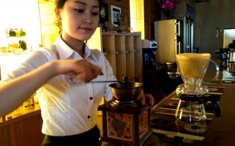 Dân giàu Triều Tiên đua nhau uống cà phê sành điệu