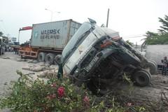 Container lao vào nhà dân, quốc lộ 1A tê liệt