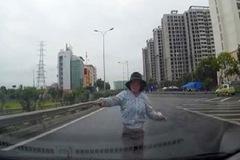 Hà Nội: Người phụ nữ lao ra cao tốc chặn đầu ô tô