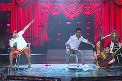 Thành viên MTV trượt ngã hài hước trên sân khấu