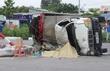 Xe chở bia lật nhào trên đường, phụ xe chết thảm