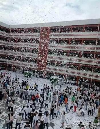 Trung Quốc: Học sinh xé sách vở vứt trắng sân trường