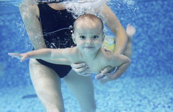 Cậu bé sống sót phi thường sau 42 phút chìm dưới nước
